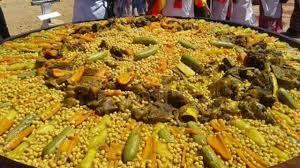 صورة نساء طانطان يعددن أكبر طبق كسكس في العالم