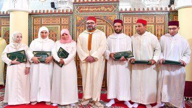 صورة أمير المؤمنين يسلم جائزة محمد السادس للمتفوقات والمتفوقين في برنامج محاربة الأمية بالمساجد