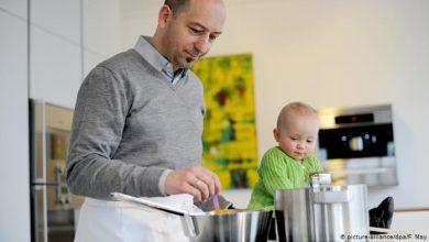 """صورة رجال يستكشفون """"عالم المطبخ"""" بسبب كورونا.. فما النتيجة؟"""