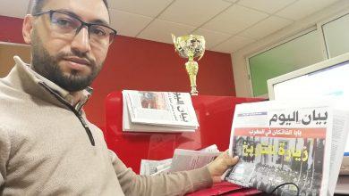 صورة تتويج الزميل الصحفي عبد الصمد أدنيدن (بيان اليوم) بجائزة الصحافة العربية في دورتها الـ19