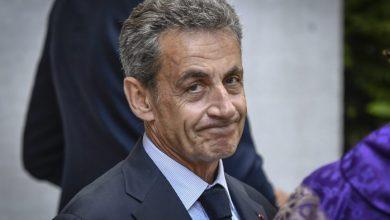 صورة ساركوزي يمثل أمام المحكمة بتهمة تلقي تمويل غير قانوني
