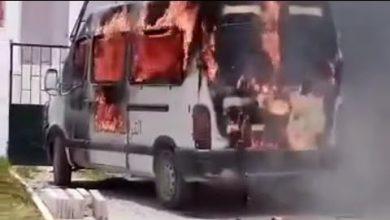 صورة سلا.. شخص في حالة غير طبيعية يضرم النار في سيارة للقوات المساعدة