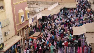 صورة فوضى استغلال الملك العمومي تحول شارع التقدم بأولاد تايمة إلى سوق مفتوح